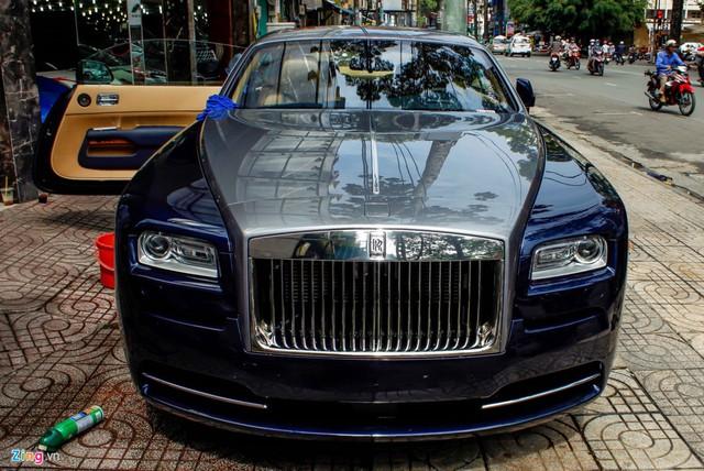 Chiếc Rolls-Royce Wraith màu xanh bạc được Phan Thành khoe trên Facebook cá nhân.