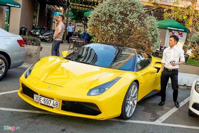 Cường Đô la gây chú ý với siêu xe Ferrari 488 GTB màu vàng. Ảnh: Zing