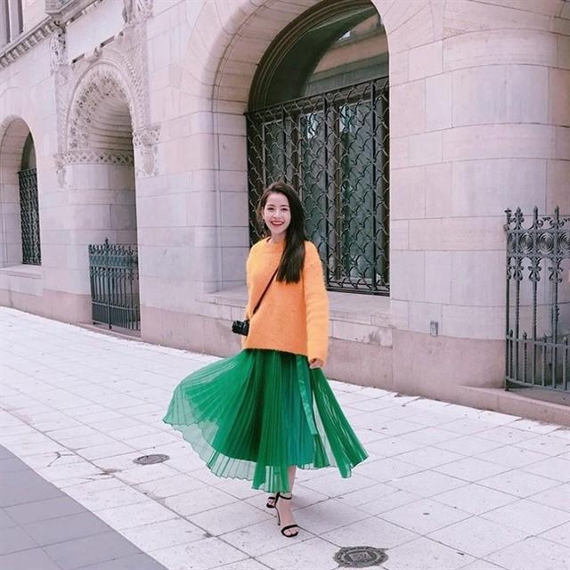 Váy voan xếp ly xanh lá, áo len màu vàng hoàng kim, đi cùng sandal hai dây sẽ giúp bạn trở thành cô nàng điệu đà, thùy mị nhưng vẫn không kém phần cá tính - Ảnh: Internet