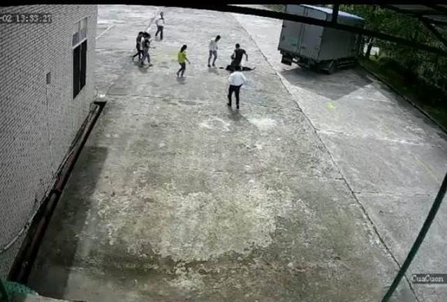 Chị Hương đang đi bộ trong sân thì bị xe tải đâm vào khiến tử vong. Ảnh cắt từ clip