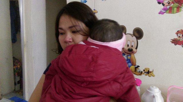 5 năm qua, mỗi lần tắm cho con là chị Hà không cầm nổi nước mắt. Ảnh: Ngọc Thi