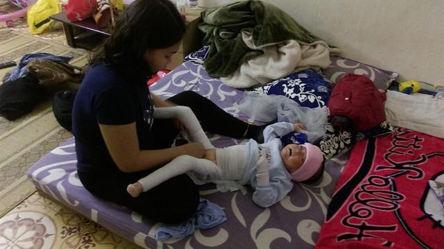 Mắc phải căn bệnh quái ác, bé An Khanh phải cuốn băng trước khi mặc quần áo. Ảnh: Ngọc Thi