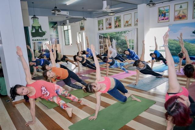 Mỗi ngày, chị Nguyễn Thanh Hương lại miệt mài truyền đạt tình yêu yoga của mình với các học viên