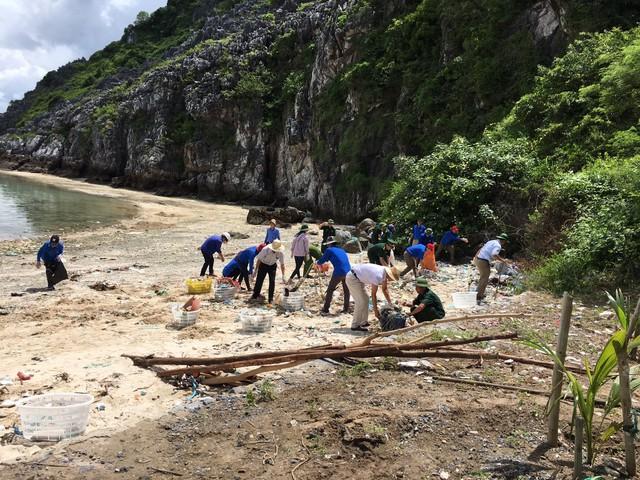 Đoàn viên thanh niên và cán bộ chiến sỹ tích cực dọn rác tại khu vực vụng Cây Bàng. Ảnh: Nhã Cầm