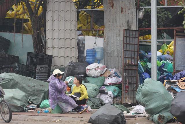 Mua bán, tập kết phế liệu ngay lề đường ở Triều Khúc. Ảnh: H.Phương