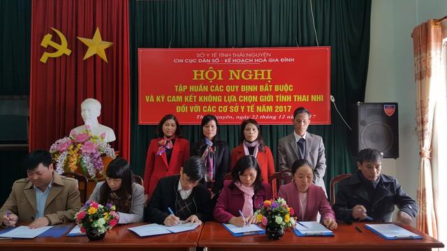 Các cơ sở y tế (công lập, tư nhân) trên địa bàn tỉnh Thái Nguyên ký cam không thông báo, lựa chọn giới tính thai nhi dưới mọi hình thức năm 2017.