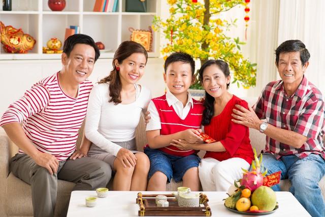 Hãy dành thời gian bên vợ con và phụ giúp vợ săn sóc việc nhà ngày Tết.