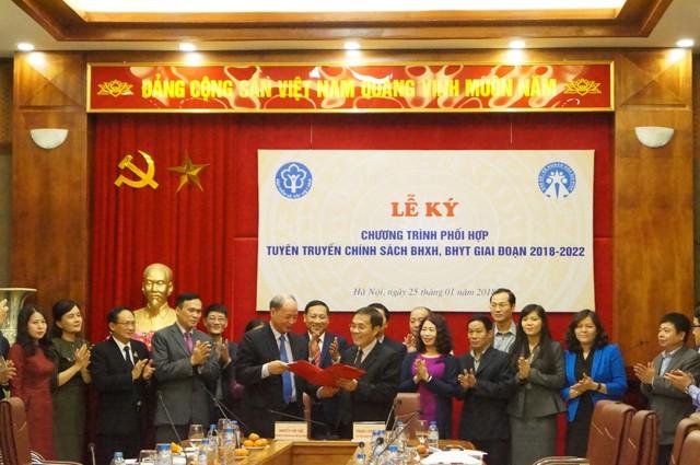Ông Nguyễn Văn Tân (ở giữa bên trái) và ông Phạm Lương Sơn ký Chương trình phối hợp tuyên truyền chính sách bảo hiểm xã hội (BHXH), bảo hiểm y tế BHYT giai đoạn 2018 - 2022.
