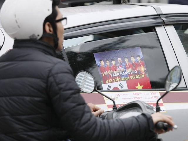 Hãng taxi Bắc Á đồng loạt dán hình ảnh cổ vũ độ đội tuyển.
