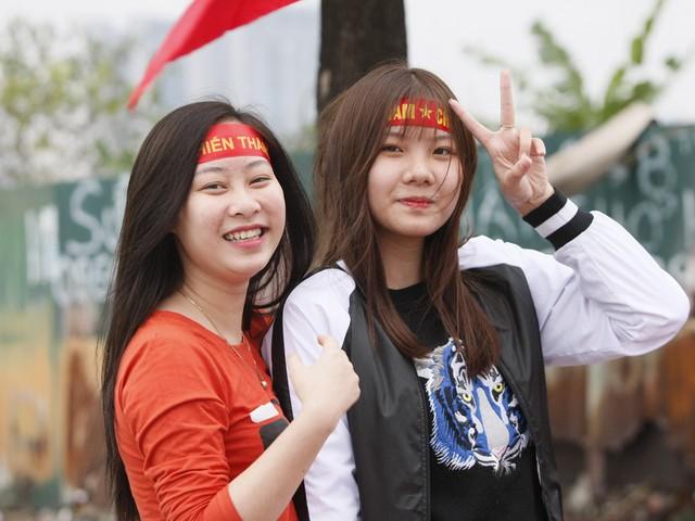Hai cổ động viên nữ xinh đẹp với niềm tin U23 Việt Nam sẽ vô địch.