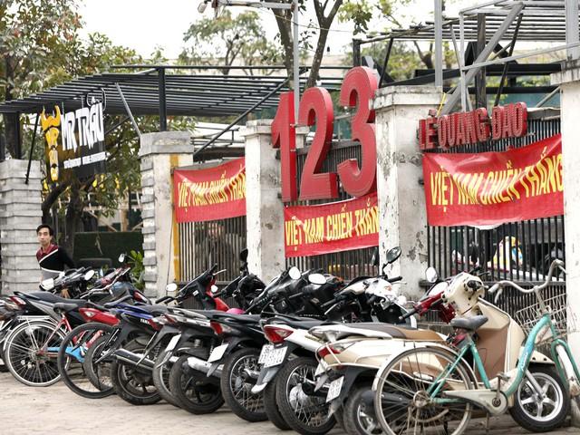 Nhiều nhà hàng treo kín băng rôn cổ động đội tuyển Việt Nam.