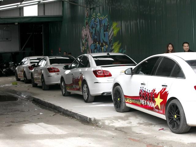 Hàng loạt xe ô tô dán cùng một mẫu đề can chuẩn bị ăn mừng chiến thắng vào ngày mai.