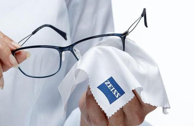 Nên lau mắt kính bằng giấy mềm.