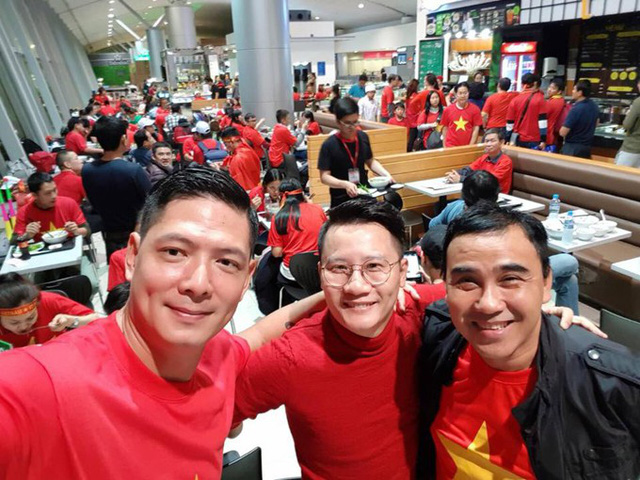 Tại phòng chờ, Bình Minh đã hội ngộ với Hoàng Bách, Quyền Linh. Cả ba đều choáng ngợp bởi không gian sân bay Tân Sơn Nhất được nhuộm đỏ màu cờ Tổ quốc.