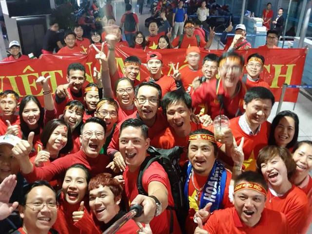 Cùng với các sao Việt, rất đông cổ động viên của TP HCM cũng đáp chuyến bay sang Thường Châu để xem trận chung kết.