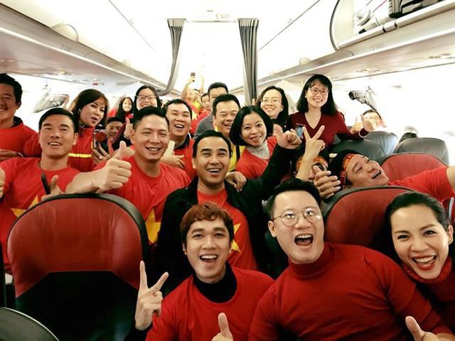 Trước giờ cất cánh, vợ chồng Hoàng Bách, MC Minh Xù, Quyền Linh, Bình Minh và nhiều hành khách đã cùng hò reo Việt Nam vô địch một cách phấn khích.