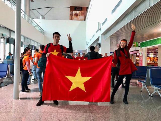 Lệ Hằng và doanh nhân Lê Đăng Khoa còn chuẩn bị lá cờ đỏ sao vàng để mang đến sân vận động vào chiều nay.