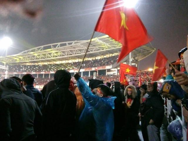 Bất chấp thời tiết ngoài trời đang mưa, rét lạnh, rất đông người hâm mộ đã có mặt ở sân vận động Mỹ Đình để tham dự gala đón chào sự trở về của đội tuyển U23 Việt Nam.