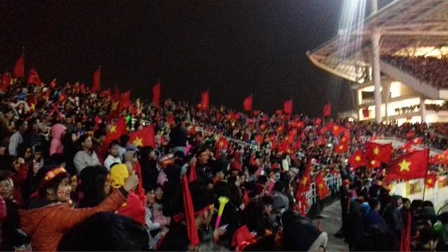 Không khí tại sân vận động Mỹ Đình hiện tại vẫn đang đông nghẹt cổ động viên, người hâm mộ. Dự kiến các cầu thủ sẽ có mặt tại sân vận động lúc 21 giờ để gặp mặt và cảm ơn người hâm mộ đã theo dõi đội tuyển trong suốt thời gian qua.