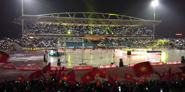 Ánh sáng của hàng nghìn điện thoại di động từ người hâm mộ nổi bật trên các khán đài sân vận động quốc gia Mỹ Đình.