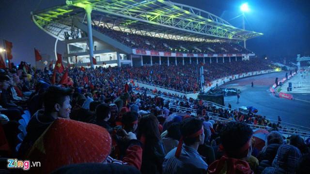 Dù mưa bụi gió lạnh, người hâm mộ vẫn kiên trì chờ đón sự xuất hiện của U23 Việt Nam và huấn luyện viên Park Hang-seo. Ảnh: Zing