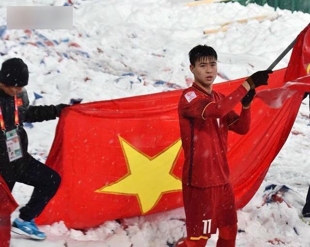 U23 Việt Nam giương cao lá cờ Tổ Quốc giữa mặt sân trắng tuyết ở sân vận động Thường Châu.