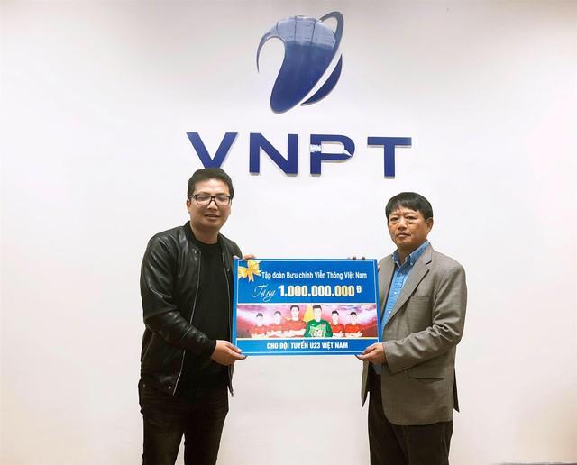 Phó Tổng Giám đốc VNPT Lương Mạnh Hoàng công bố số tiền tặng thưởng 1 tỷ đồng dành cho đội tuyển U23 Việt Nam trước sự chứng kiến của đại diện báo Dân trí.