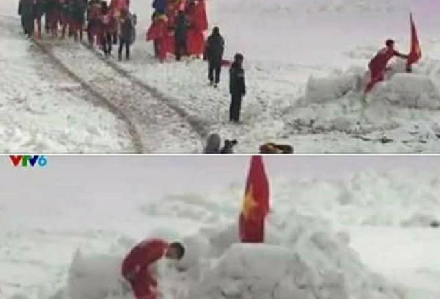 Trung vệ Đỗ Duy Mạnh cắm lá cờ lên đụn tuyết rồi cúi chào quốc kỳ, chào khán giả.