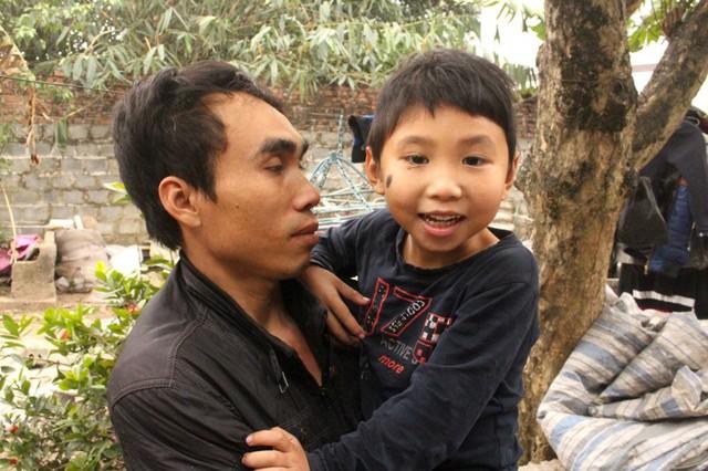Anh Lực bên con trai lớn mắc bệnh dị tật bẩm sinh. Ảnh: Đức Tùy