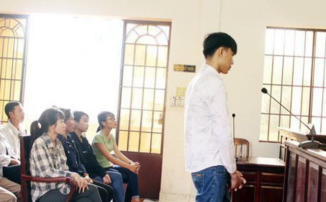 Bị cáo Trương Quang Hùng cúi đầu chấp nhận bản án tòa tuyên.