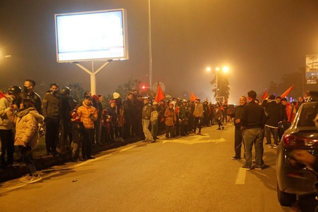 Hàng ngàn người dân đứng hai bên đường chào đón các tuyển thủ.