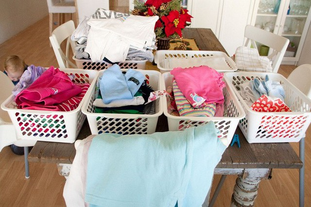 Hãy phân loại quần áo trước khi giặt để tránh việc phai màu, nhăn nhúm nhé.