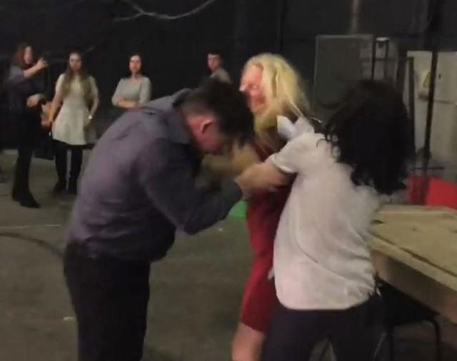 Chồng bị vợ đánh bầm mặt ở trường quay vì ngoại tình