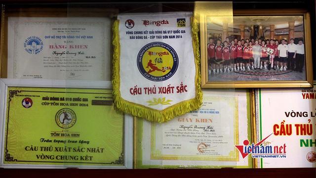 Tiền vệ Quang Hải nhận được rất nhiều bằng khen, cờ thi đua vì đạt được thành tích xuất sắc trong thi đấu.