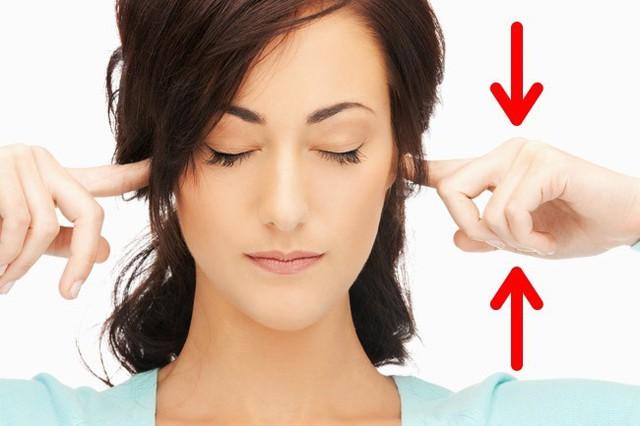 Đặt ngón tay vào bên trong tai rồi cẩn thận đưa tay lên trên, xuống dưới. Nó giúp bạn điều chỉnh áp lực nội sọ và cải thiện tình trạng chóng mặt.