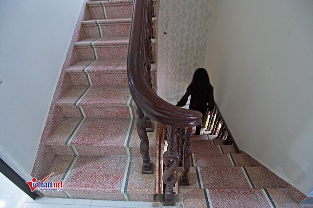 Căn nhà dù được sơn sửa mới nhưng cầu thang đi lại vẫn được ông bà Thuần - Cúc giữ nguyên từ năm mới xây dựng.
