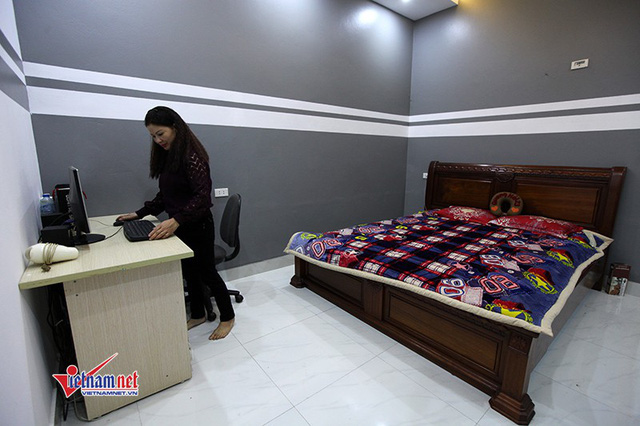 Phòng ngủ của tiền vệ Quang Hải và anh trai Quang Phong được sơn màu xám. Xa gia đình từ nhỏ, Quang Hải chỉ về thăm nhà vào dịp cuối tuần nhưng tiền vệ rất gắn bó và thân thiết với anh trai. Được biết, anh trai Quang Hải cũng có đam mê bóng đá nhưng sức khỏe yếu nên anh bỏ dở ước mơ, chuyển sang học thiết kế nội thất. Căn nhà của bố mẹ và căn nhà mới xây đều do một tay anh thiết kế, giám sát thi công.