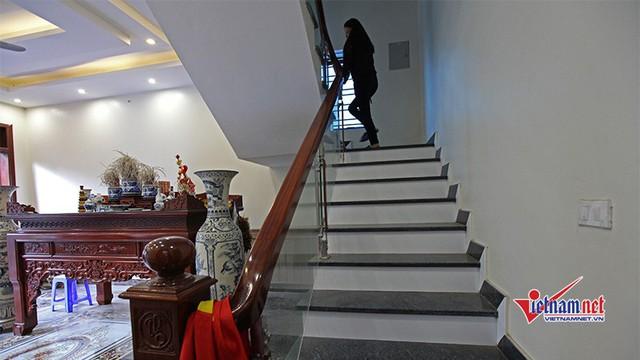 Tay vịn cầu thang được làm bằng gỗ và vách kính trong suốt tôn lên sự sang trọng của căn nhà.