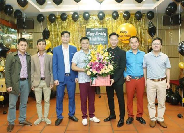 Danh hài Tự Long dù bận tập luyện cho chương trình Táo Quân nhưng vẫn có mặt để chúc mừng đồng nghiệp.