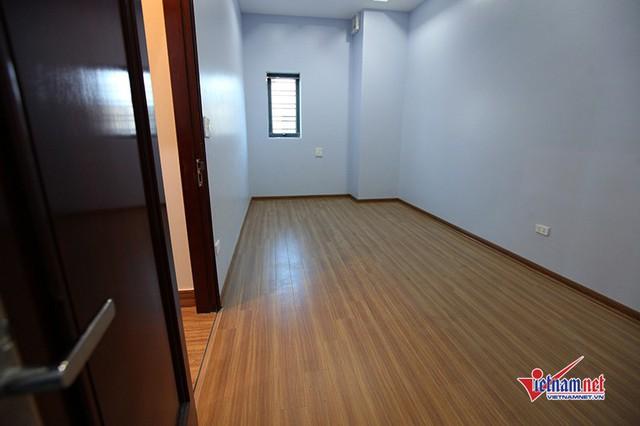 Phòng ngủ của tiền vệ Quang Hải ở tầng 2 được sơn màu xanh pastel và lát sàn gỗ. Căn phòng chưa có vật dụng vì chủ nhân  đang bận thi đấu xa nhà, chưa có thời gian bày trí.