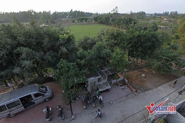 Phía trước 2 căn nhà là sân bóng của làng. Nơi đây, thời thơ ấu tiền vệ thường xuyên đá bóng với bạn bè.