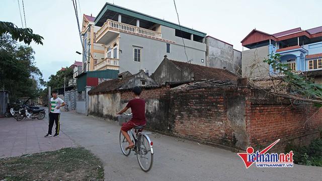 Nhà tiền vệ Quang Hải nằm nổi bật ở cuối làng.