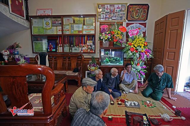 Bà Nguyễn Thị Cúc - mẹ anh chia sẻ, năm 2006, khi Quang Hải được chọn lên trung tâm huấn luyện học, vợ chồng bà đã vay mượn để xây một căn nhà 3 tầng.