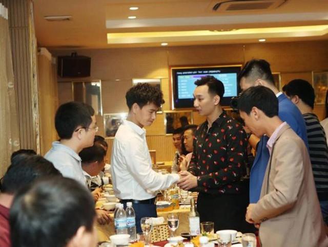 MC Thành Trung đến tận bàn của các vị khách để gửi lời cảm ơn.