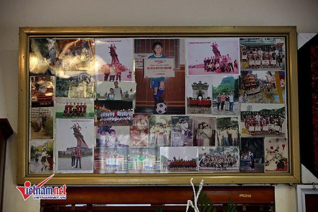 Các bức ảnh lưu niệm của gia đình được bố mẹ tiền vệ sinh năm 1997 lồng khung kính, treo trong phòng khách.