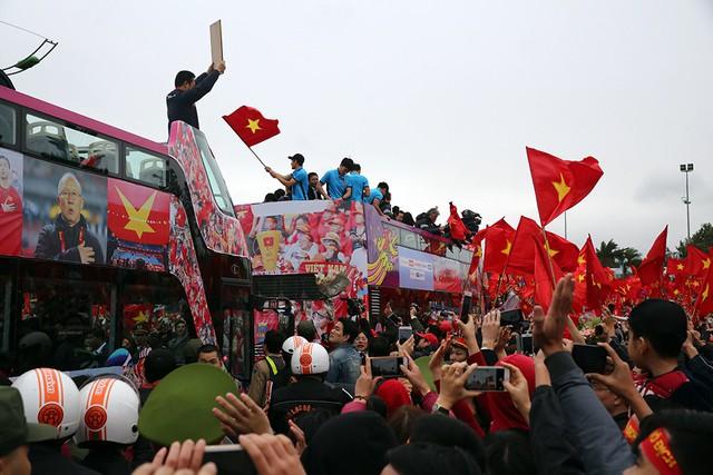 U23 Việt Nam trong vòng vây người hâm mộ sau thành công tại vòng chung kết U23 Châu Á. Anhr:TL