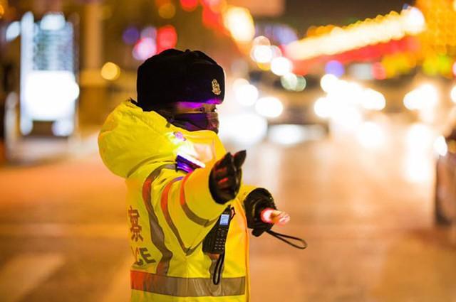 Gai điều khiển giao thông đến khi phố đã lên đèn.