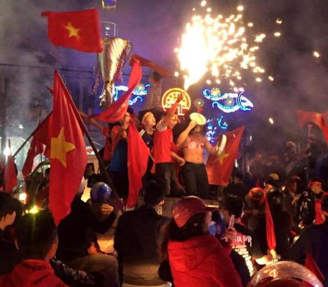 Cổ động viên tỉnh Hải Dương ăn mừng trước thành tích của U23 Việt Nam. Ảnh: Bạn đọc cung cấp