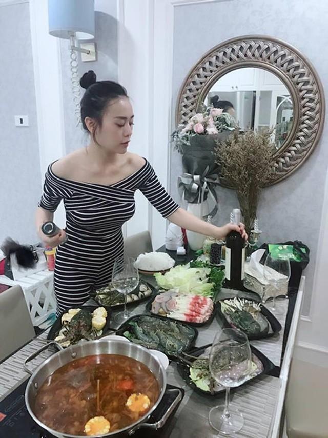 Phòng ăn nhỏ gọn với khu bếp và 1 chiếc bàn dài.