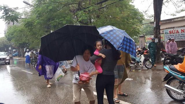 Một số phụ huynh đã vào đón được con tại trường mầm non trong khu vực bị phong tỏa. Ảnh: Dân Việt